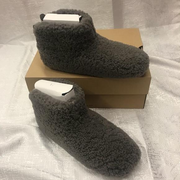 028cdcbbaa2 NWT Ugg Amary gray slipper sz 8 with box NWT